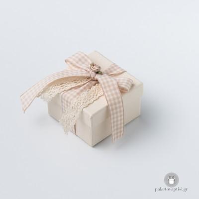 Μπομπονιέρα Βάπτισης Χάρτινο Εκρού Κουτάκι Καρό Φιογκάκι